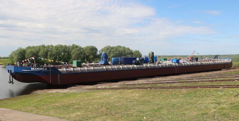 Глава региона принял участие в спуске на воду баржи для нефтеналивных грузов